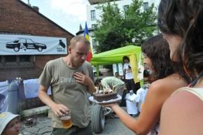 Rene Kubasek, directorul Centrului Cultural Ceh din Bucureşti a primit un tort în faţa standului nostru. Şi un cadou de la noi.
