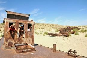 Dacioţii la bord. Marea Aral nu se vede în depărtare.