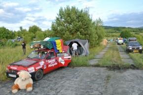 Luni seară am pus cortul la castelul Klenova