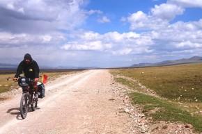Iulian, Miorița lui, mioarele kîrgîze și norii. Toți sub un albastru la 3.000 metri.