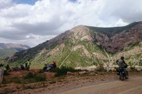 Întâlnire de cicloturiști la nivel înalt, 3.346 m. Pasul Moldo Asuu.
