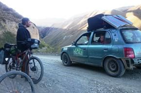 O altă întâlnire la nivel înalt, anume la 2.500 m, între echipa The Renewables, participantă la The Mongol Rally 2015 și Iulian, care a participat la ediția din 2012 cu echipa Dacioți până-n Mongolia.