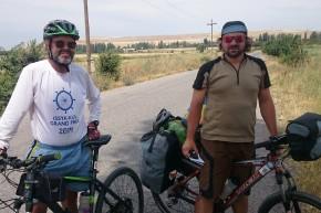 Un ciclist simpatic și tare vorbăreț, dar cunoscător doar al limbii ruse, pe drumul spre Turnul Burana.
