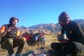 Egor și Iulian discutând despre vinul din Georgia, praful din Mongolia și câte în lună și în stele.