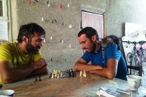 Petru și George, adică Cycle Silk Road, la o partidă de șah, în Bishkek. Și un pui de pisică.