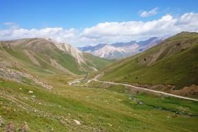 Priveliștea de la 3.500 m asupra ultimei cățărări înaintea lacului Song Kul.